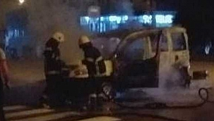 Ayancık'ta alevlere teslim olan otomobil tamamen yandı