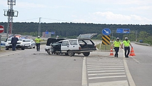 Ayancık yolunda iki otomobil çarpıştı: 3 yaralı