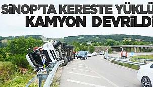 Sinop'ta kereste yüklü kamyon devrildi: 1 yaralı