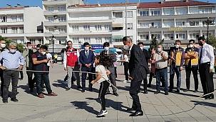 Vali Karaömeroğlu çocuklarla ip atladı, halat çekti