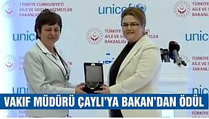Vakıf Müdürü Çaylı'ya ödülünü Bakan Yanık verdi
