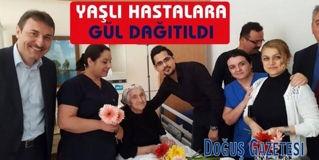 Ayancık Devlet Hastanesinde Yaşlı Hastalara Gül Dağıtıldı.