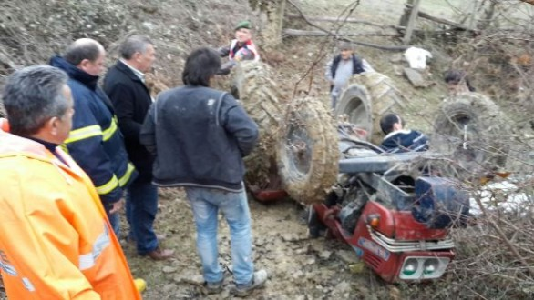 Ayancıkta traktör şarampole yuvarlandı: 1 ölü
