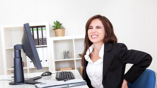 Beyin ve Sinir Cerrahisi Uzmanı Op. Dr. Cenk Ermol, bilgisayar kullanımının yaygınlaşması, ofiste masa başında uzun süre aynı pozisyonda çalışmanın ve spor yapmaya zaman ayıramamanın önemli bir etken olduğunu belirtti.