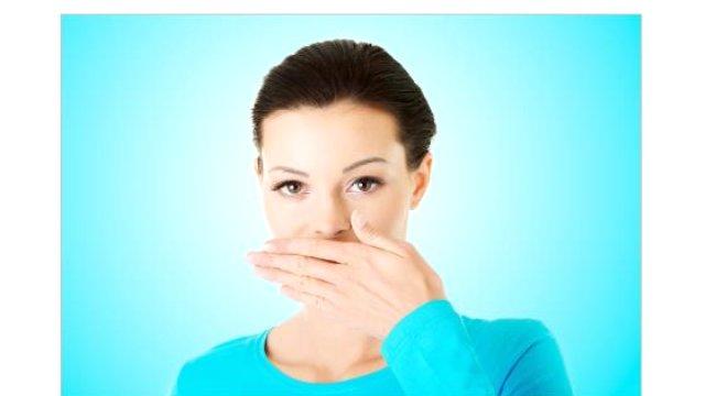 Diş Hekimi ve Protez Uzmanı Çağdaş Kışlaoğlu, sigaranın ağızda çürük oluşumu, dişeti hastalıkları, dişlerde sararmaya neden olması dışında, akciğer, yemek borusu ve ağız kanseri riskini arttırdığını belirtiyor.