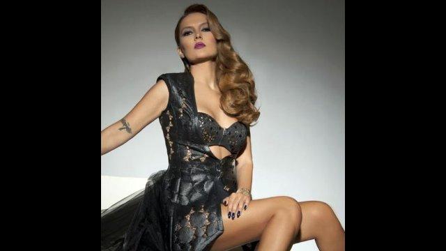 Şarkıcı Demet Akalın, Instagram fotoğrafları altına yazılan reklam ve 'takip' yorumlarına isyan etti.
